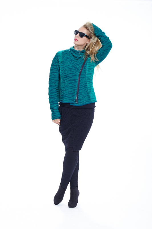 Biker Strickjacke in Zebramuster in der Farbe türkis in Wolle von der Marke EO Design