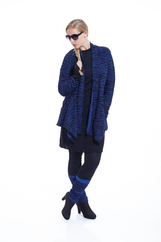 Strickjacke mit Zebramuster in der Farbe blau aus Wolle von der Marke EO Design