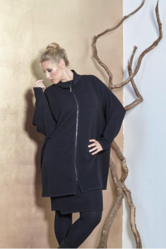 Strickjacke in Rippenstrick mit Reissverschluss in der Farbe schwarz in Wolle von der Marke EO Design