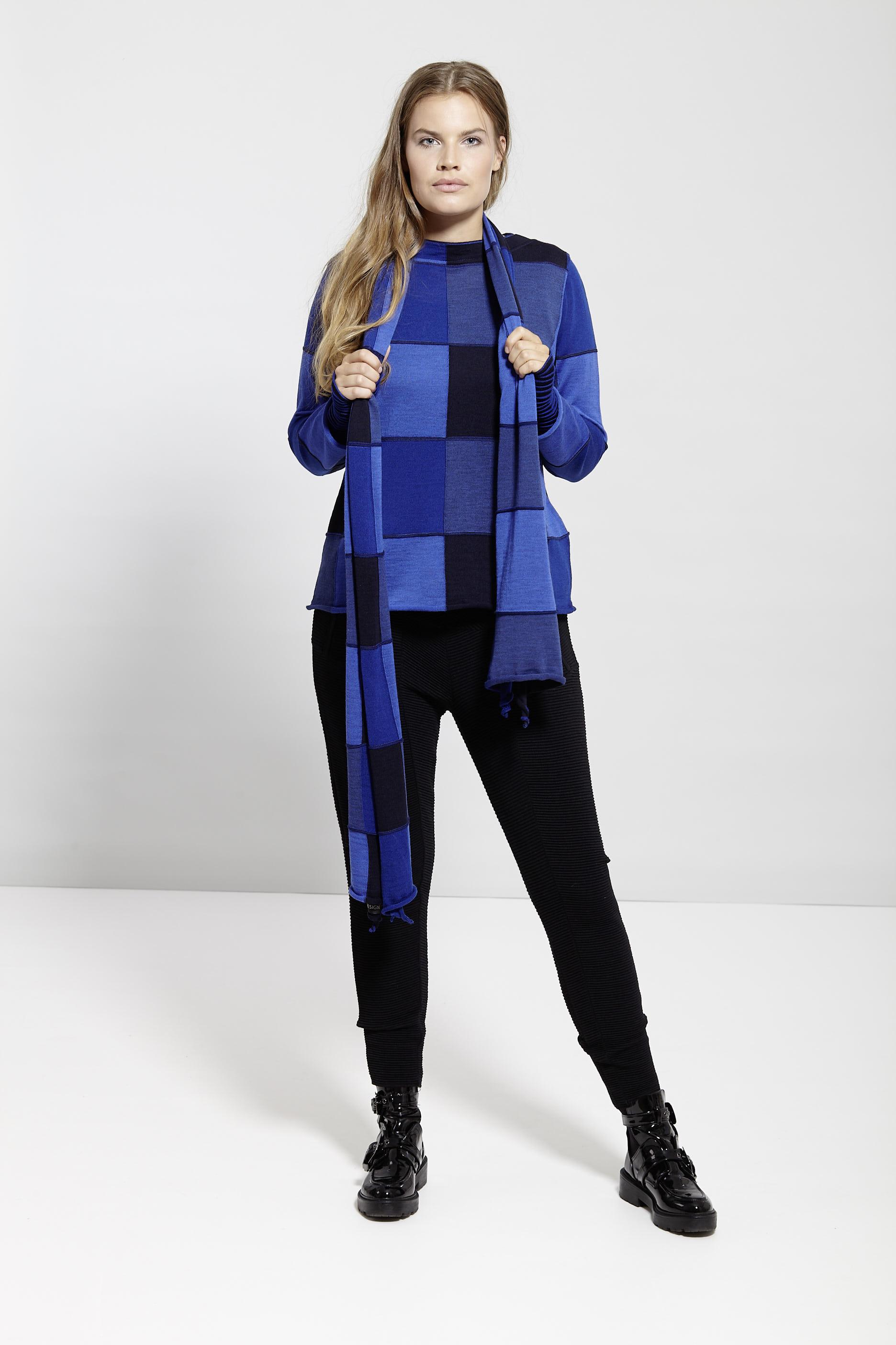 Pullover mit blau schwarzen Würfeln von der Modemarke EO Design