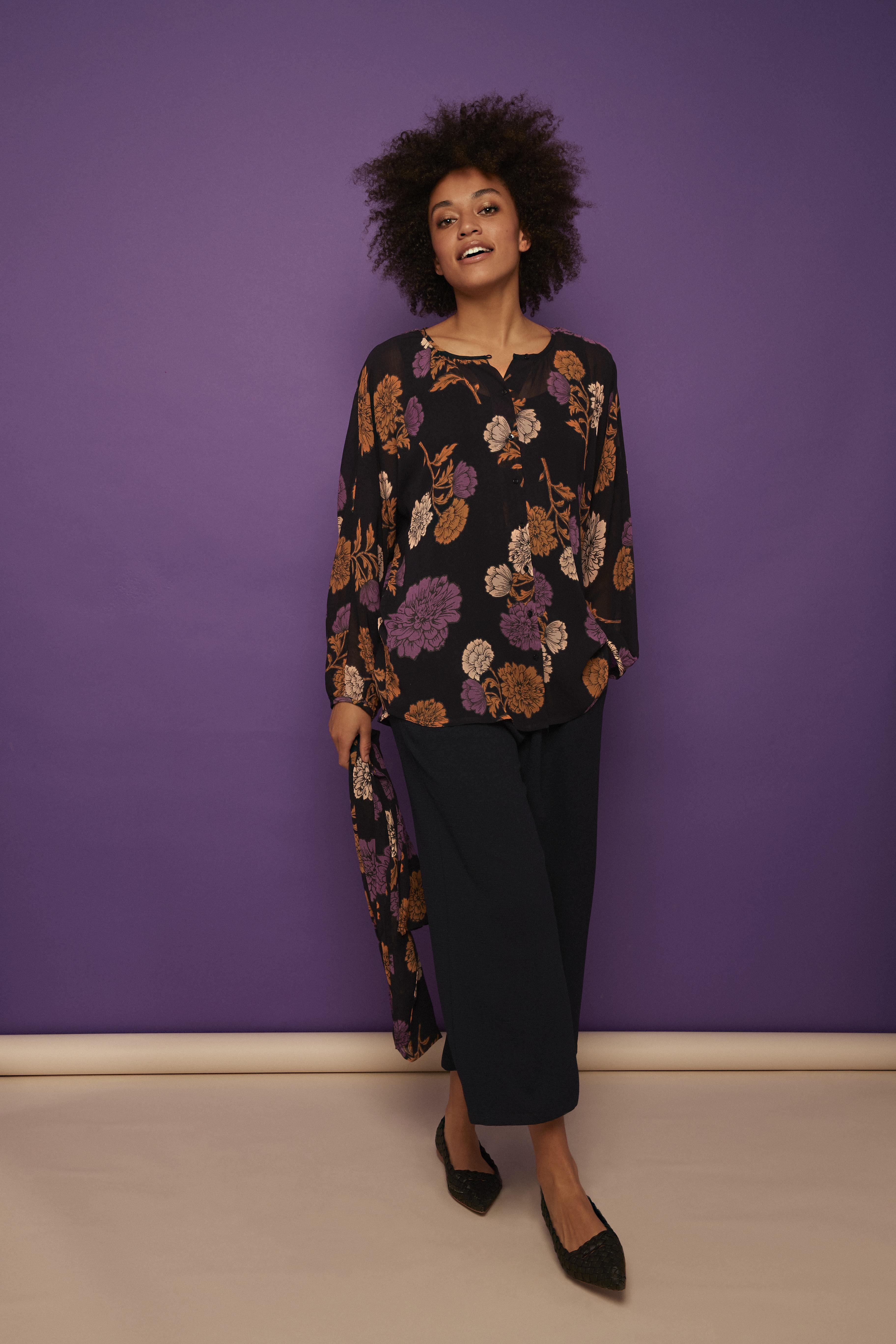 Bluse mit violett und beigen Blumen von der Modemarke Masai Clothing Company