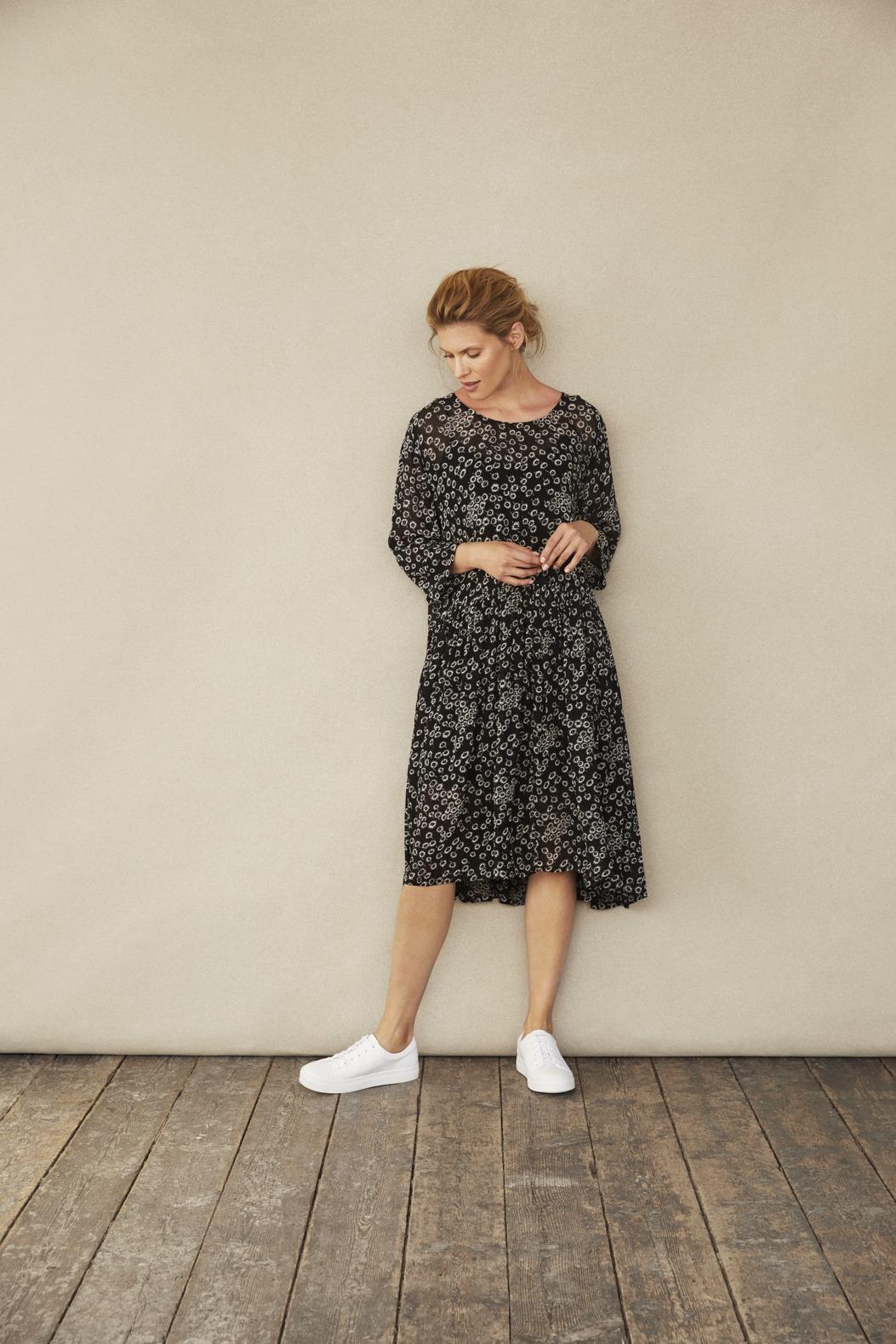 lockeres schwarzes Kleid aus Viskose mit weissen Blümchen von der Modemarke Masai Clothing Company