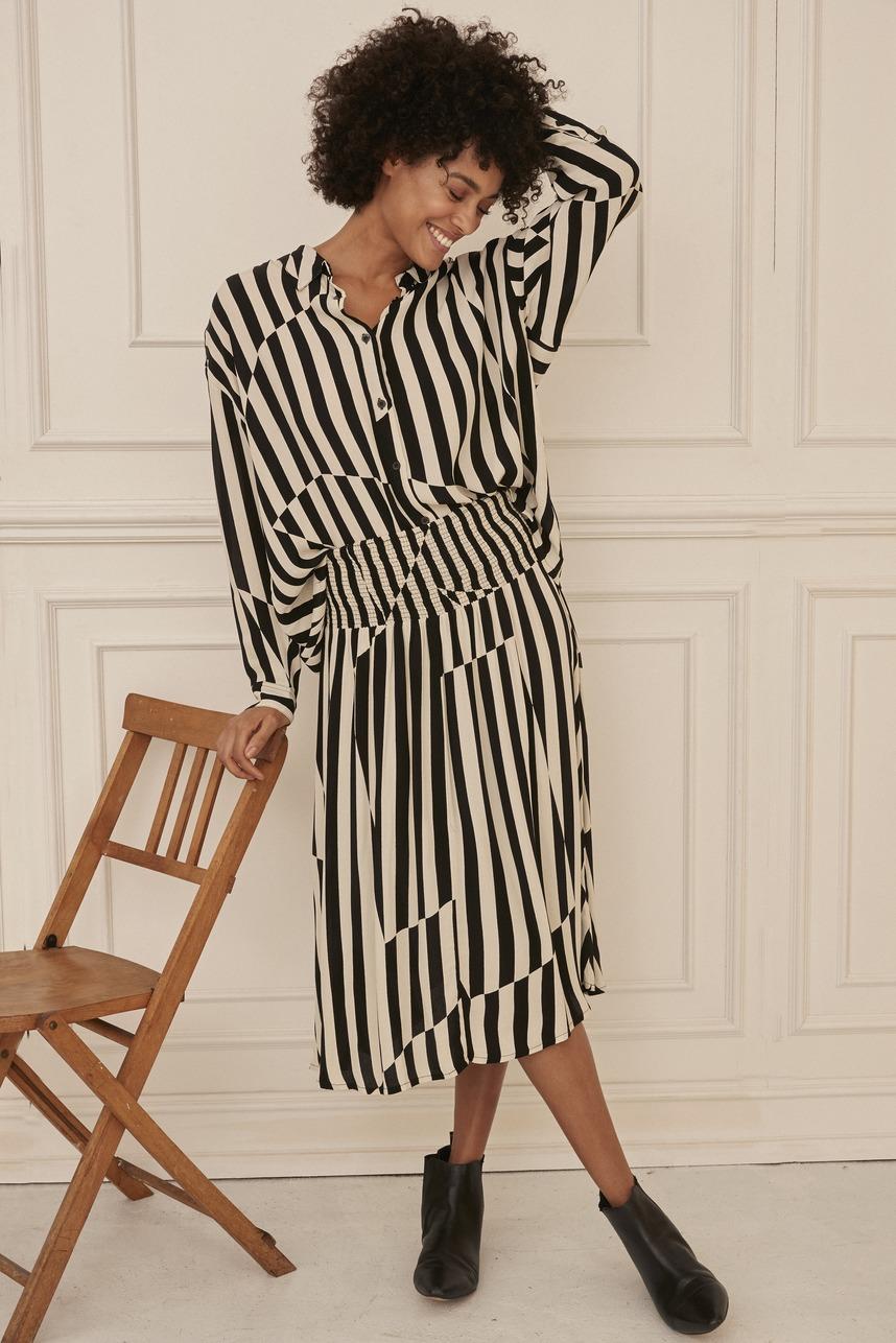 Rock und Bluse von der Marke Masai Clothing Company mit unregelmaessigen Streifen in schwarz weiss