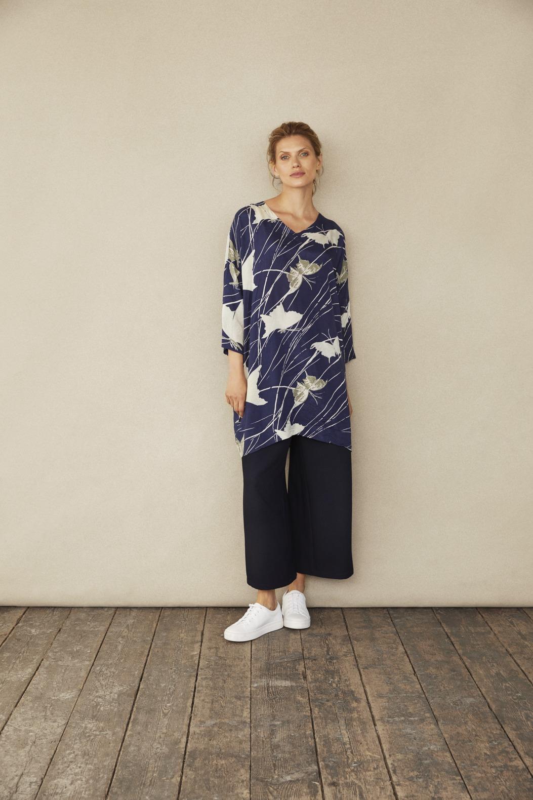 blaue Tunika mit weiss beigen Schmetterlingen aus Viskose von der Modemarke Masai Clothing Company