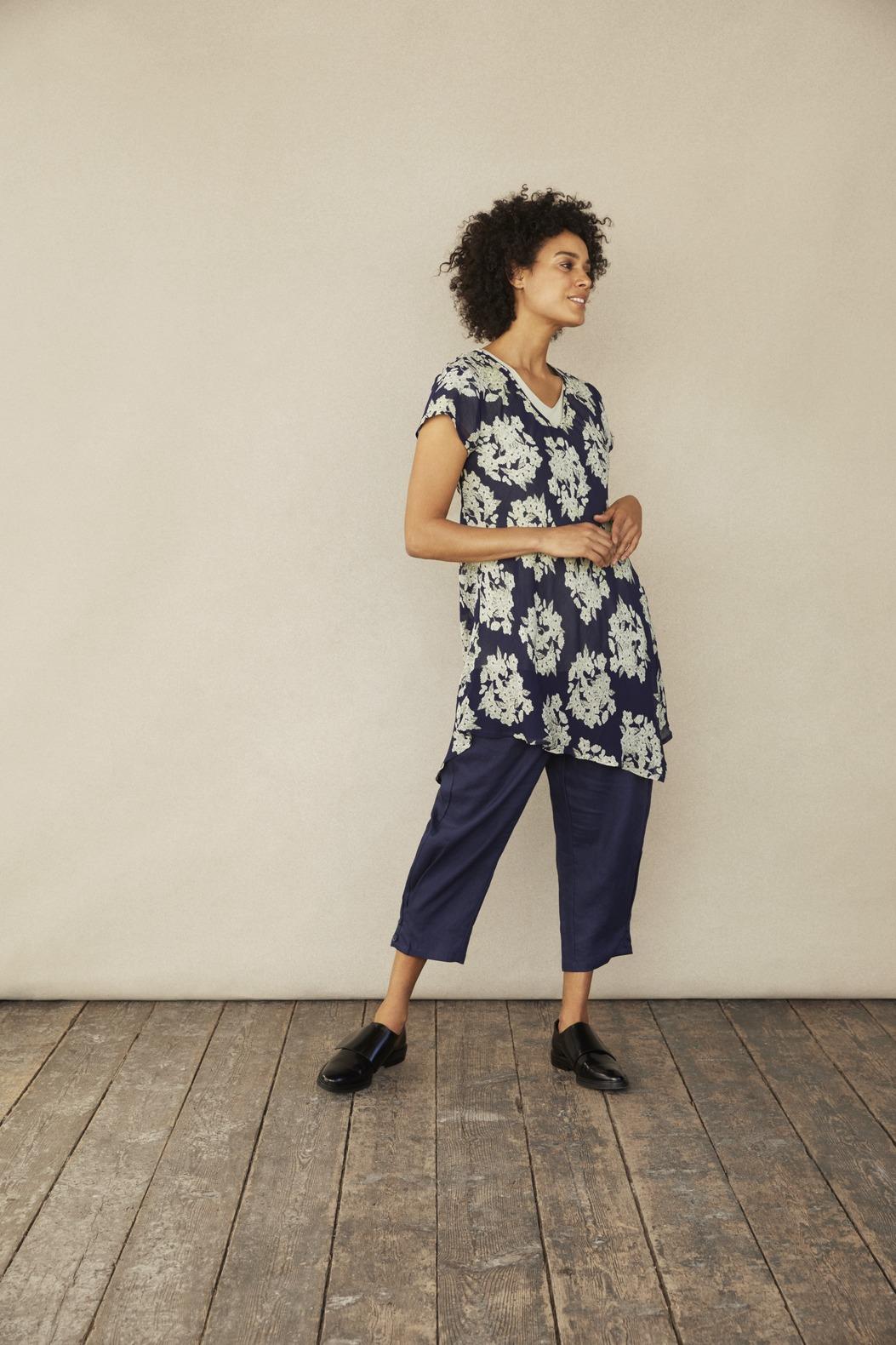 blaue Tunika mit Pastell grünen Blumen von der Modemarke Masai Clothing Company