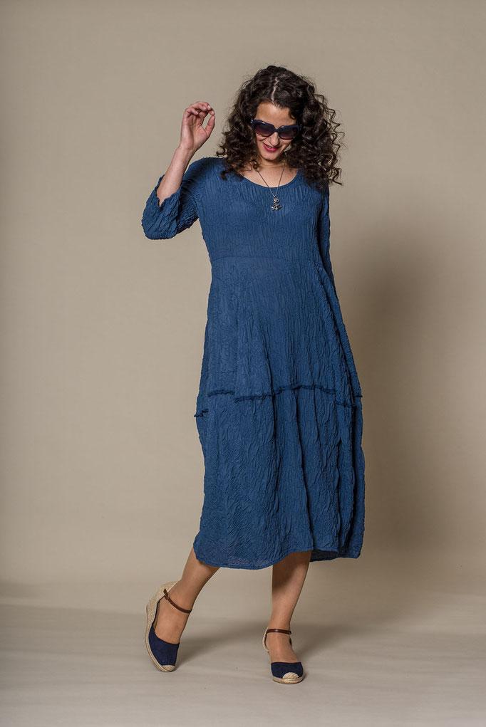 langes Seidenkleid mit langen Armen in blau mit Samtstreifen von dem Designerlabel Praechtig Berlin