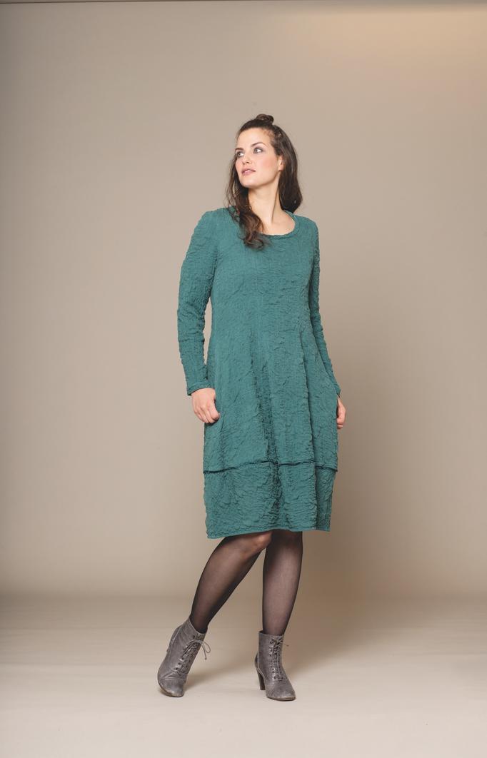 Seidenkleid knielang mit langen Armen in der Farbe petrol von der Modemarke Prächtig Berlin