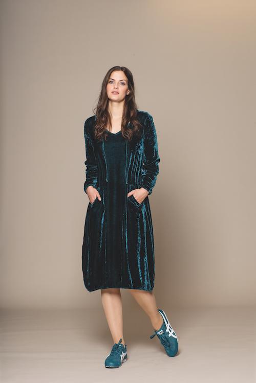 Samtkleid in der Farbe petrol von der Modemarke Prächtig Berlin