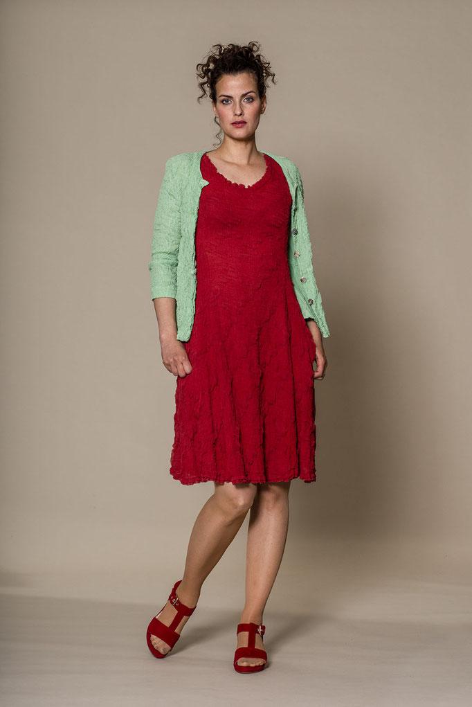 knielanges Seidenkleid in der Farbe rot von der Modemarke Prächtig Berlin