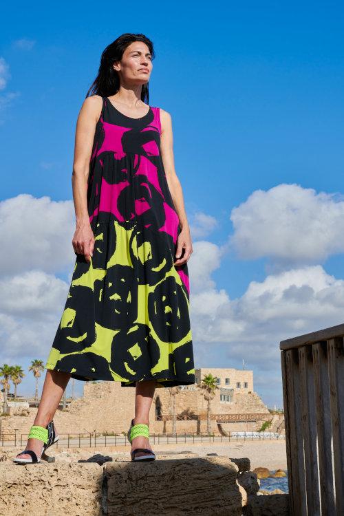 Kleid der Marke Alembika ohne Arm leuchtende Farben mit schwarzen Kringeln Sommer 2021