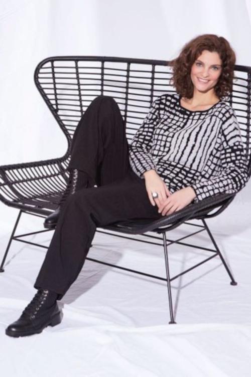 Pullover der Marke Vetono in den Farben schwarz weiss mit geometrischem Muster Kollektion Herbst Winter 2020-2021